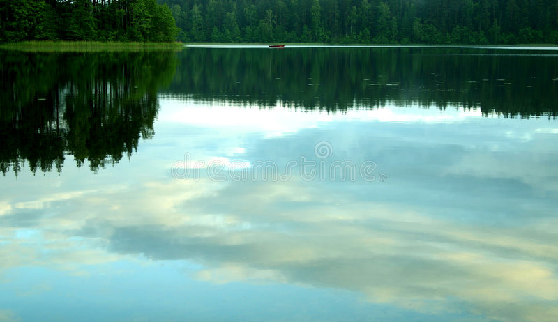 wieczorem spokojnego jeziora zdjęcie stock