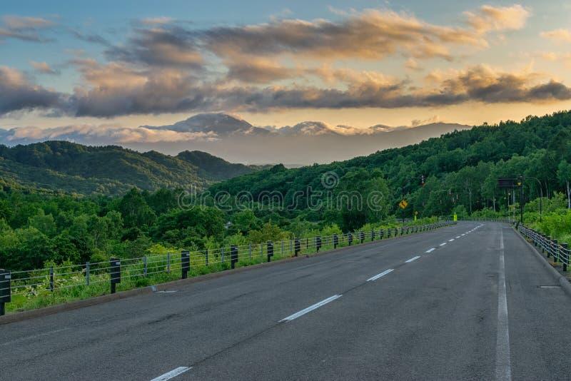 Wieczorna droga górska pod kątem wulkanów zdjęcie royalty free