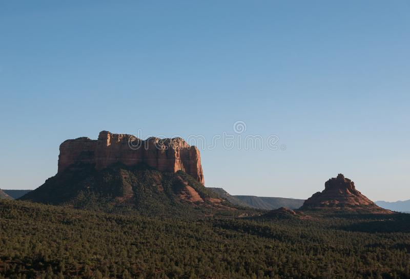 Wieczorny widok na Courthouse Butte and Bell Rock fotografia royalty free