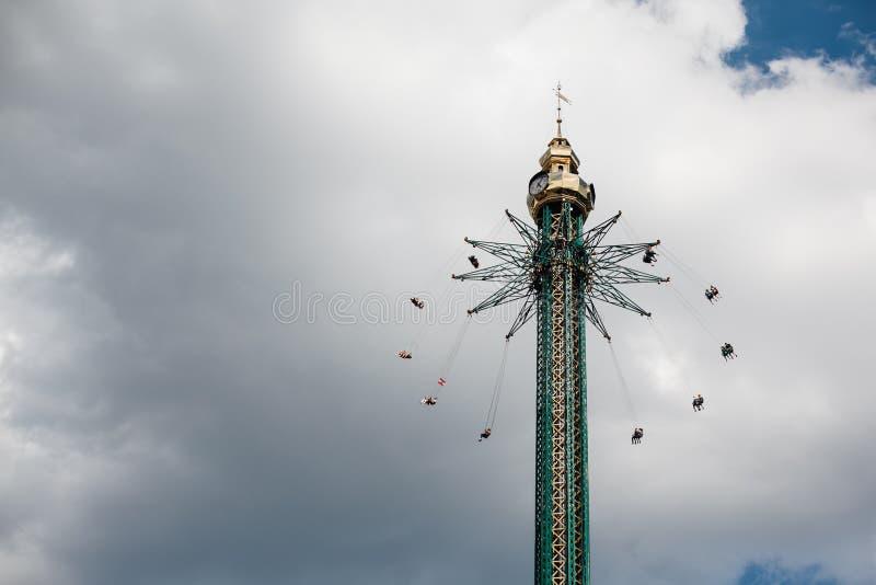 Wiedeń, Austria CZERWIEC 5, 2018: Kołyszący carousel w Wiedeń Atraction w plociucha parku obraz stock