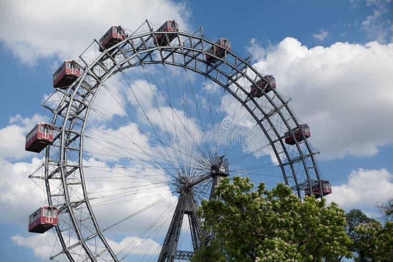 Wiedeń, Austria CZERWIEC 5, 2018: Plociucha giganta Ferris koła Wiener Riesenrad od 1897, historyczny miasto punkt zwrotny zdjęcie royalty free