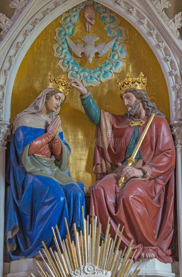 WIEDEŃ AUSTRIA, GRUDZIEŃ, - 19, 2016: Rzeźbiąca koronacja maryja dziewica w kościelnym Brigitta Kirche obraz stock
