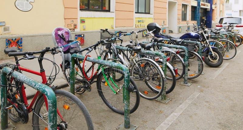 Wiedeń, Austria - 15 2018 Kwiecień: Wiele bicykle w wyposażającym parking obrazy royalty free
