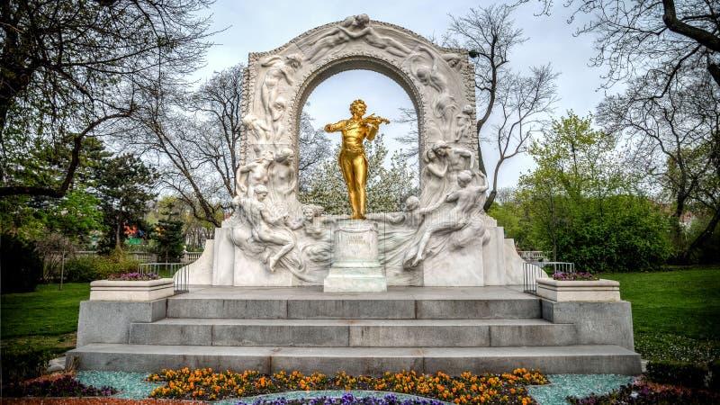 Wiedeń Austria, Kwiecień, - 20, 2013: Złota statua Bawić się skrzypce W Stadtpark Johann Strauss obraz stock