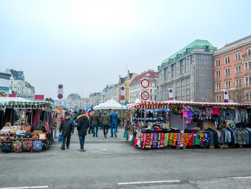 WIEDEŃ AUSTRIA, LUTY, - 2018: Naschmarkt jest pchli targ popularny targowy weekend w Wiedeń, Austria zdjęcia stock