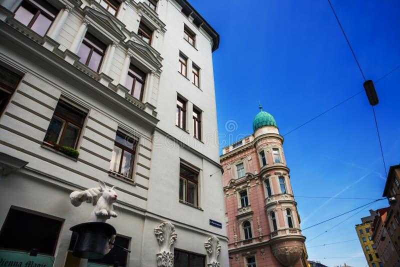 Wiedeń, Austria: Niezwykła rzeźba na domu: białe ręki magik, kapelusz i królik, obraz stock