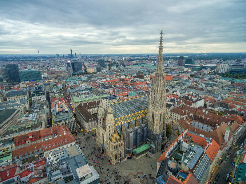 WIEDEŃ AUSTRIA, PAŹDZIERNIK, - 08, 2016: St Stephen ` s katedra w Wiedeń, Austria Dach i pejzaż miejski w tle obraz royalty free