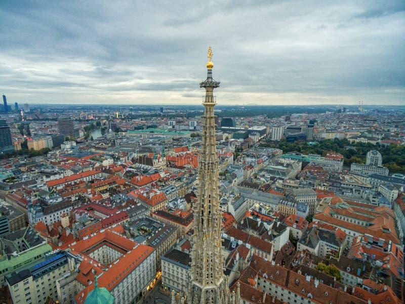 WIEDEŃ AUSTRIA, PAŹDZIERNIK, - 08, 2016: St Stephen ` s katedra w Wiedeń, Austria Dach i pejzaż miejski w tle obrazy royalty free