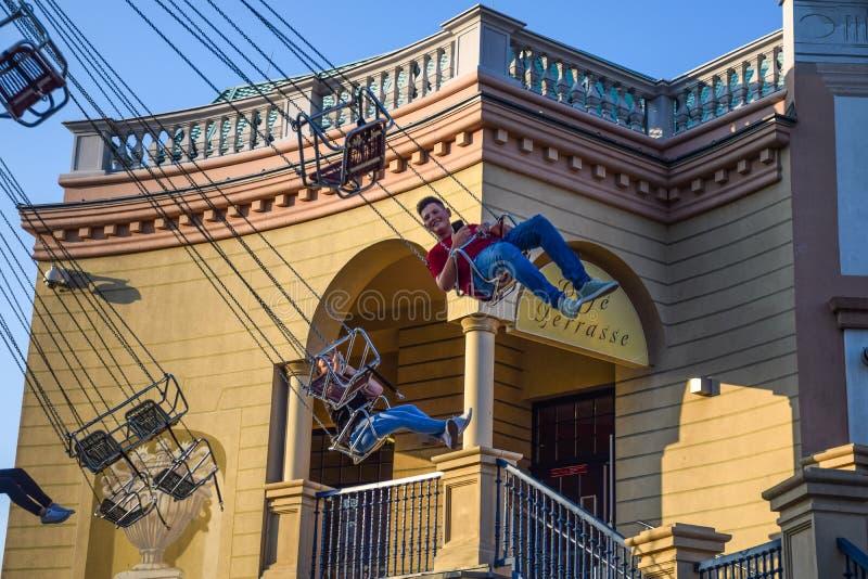 Wiedeń Austria, Wrzesień, -, 16, 2019: Boczny widok dzieciaki ma zabawę przy wirować Luftikus carousel lub łańcuch huśtawki przej zdjęcie royalty free