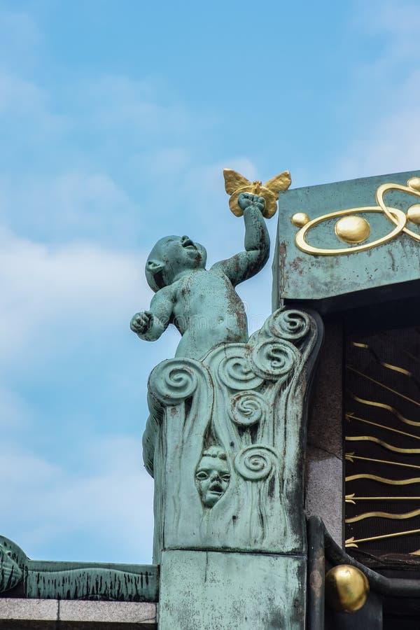 Wiedeń Austria, Wrzesień, -, 15, 2019: Dziecko z narodziny motylim reprezentuje życiem i, część Anker zegar obraz stock
