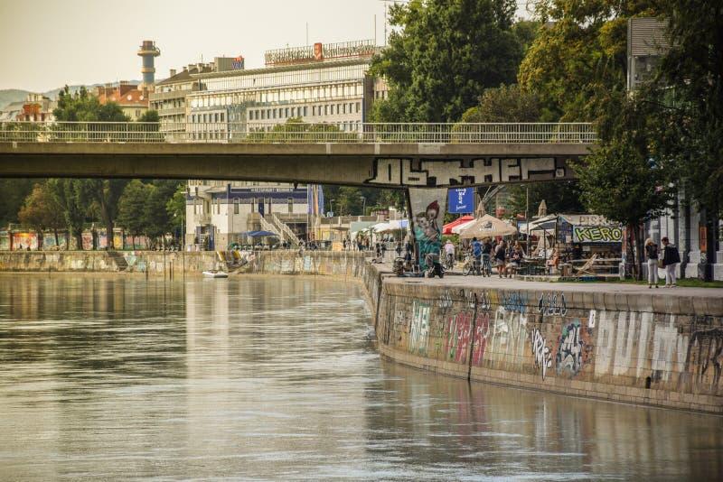 Wiedeń Austria, Wrzesień, -, 15, 2019: Ludzie cieszy się wieczór Danube kanałem w Wiedeń obraz royalty free