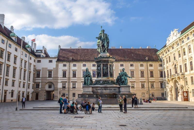 Wiedeń Austria, Wrzesień, -, 15, 2019: nDesabled ludzie w wózek inwalidzki wp8lywy prowadzącej wycieczce turysycznej Wiedeń atrak obrazy stock
