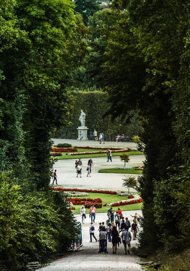 Wiedeń, Austria, Wrzesień, 15, 2019 -: Turyści chodzi przy ogródami Schonbrunn pałac, poprzedni imperiał zdjęcie stock