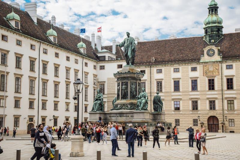 Wiedeń Austria, Wrzesień, -, 15, 2019: Zabytek Francis II w podwórzu otaczającym turyści przy Hofburg obraz royalty free