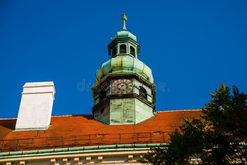 Wiedeń, Austria: Zegar na wierza Zegar na wierza przeciw niebieskiemu niebu drzwi wej?ciowe od?amki budynk?w z tworzywa sztuczneg fotografia stock