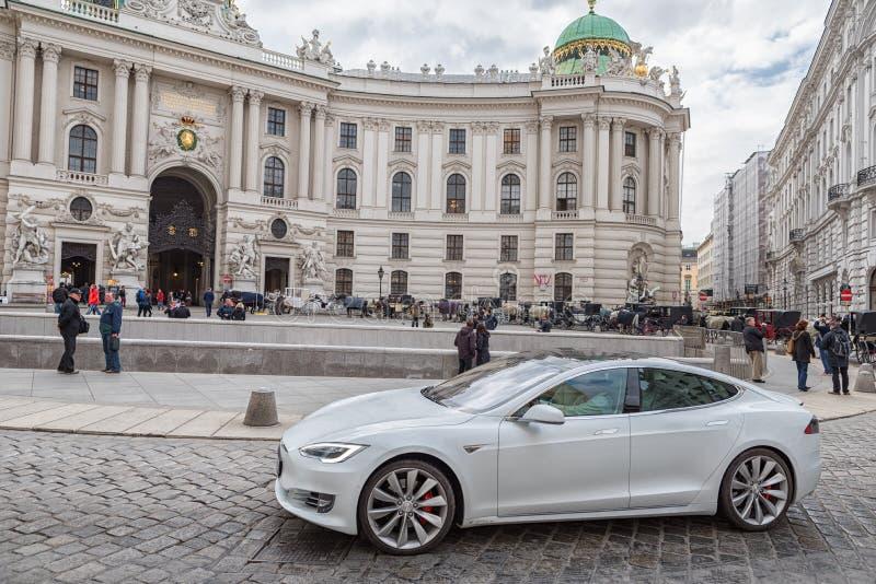 WIEDEŃ, AUTRIA - PAŹDZIERNIK 10, 2016: Michaelerplatz i Hofburg pałac w Wiedeń, Austria Tesla samochód obraz royalty free