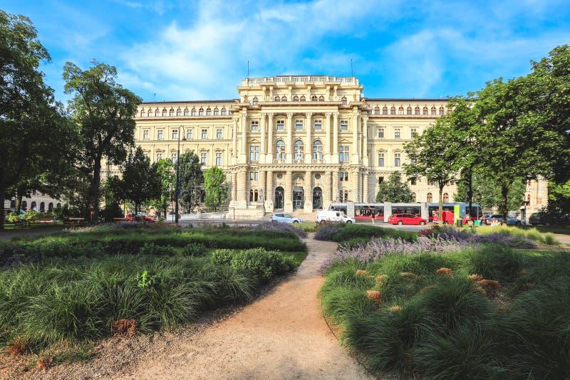 Wiedeń centrum miasta z niebieskim niebem, Austria obraz royalty free