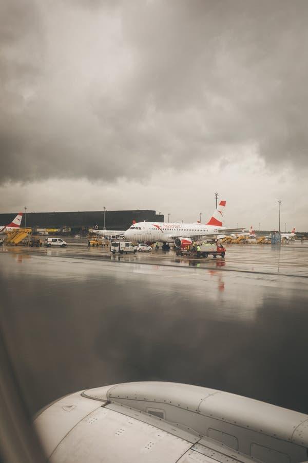 Wiedeń lotnisko z Austrian Airlines samolotem zdjęcie royalty free