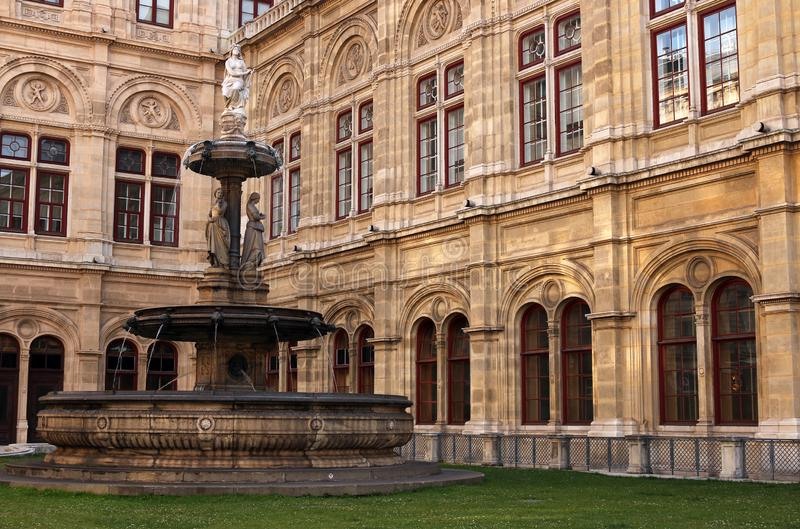 Wiedeń stanu opery rzeźba i fontanna zdjęcia royalty free