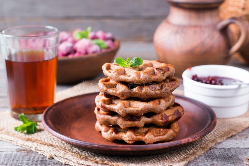 Wiedeńscy opłatki z jagodowym dżemu, wyśmienicie i zdrowego śniadaniem, obrazy stock