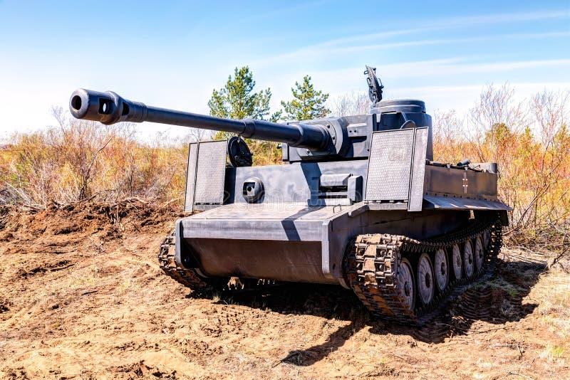 Wieder aufgebauter Weinlese deutscher Tigerbehälter auf dem Schlachtfeld in s stockfotos