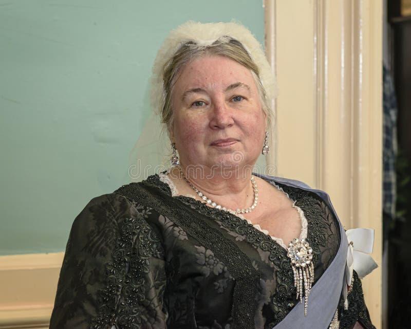 Wieder--enactor Haltungen gekleidet als Königin Victoria lizenzfreie stockbilder