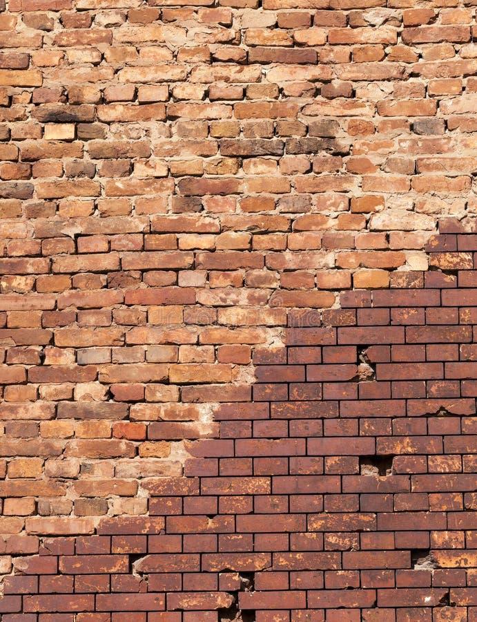 wieder hergestellt durch modernen Ziegelstein, Teil der alten Wand eines Gebäudes gemacht vom roten Backstein, Nahaufnahme mit ei lizenzfreies stockfoto
