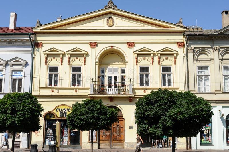 Wieder hergestellte Fassade bei 84 Hlavna der Hauptstraße in Kosice stockfotos