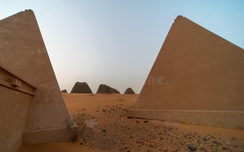 Wieder hergestellte Pyramiden von Meroe, genommen mit dem Weitwinkelobjektiv lizenzfreies stockfoto