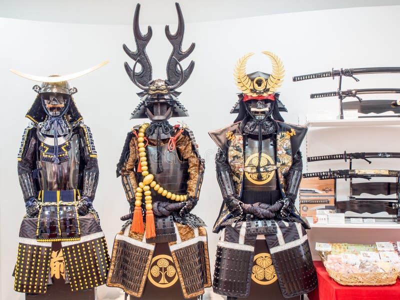 Wieder hergestellte und Repliksamurairüstung im Verkauf in Odaiba, Tokyo, Japan stockbild