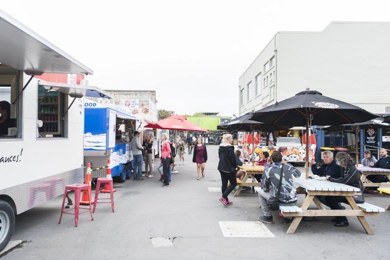 Wiederanlauf oder Re: BEGINNEN Sie Mall, einen Kleinraum im Freien, der Shops und aus Speichern in den Versandverpackungen besteh lizenzfreie stockfotos