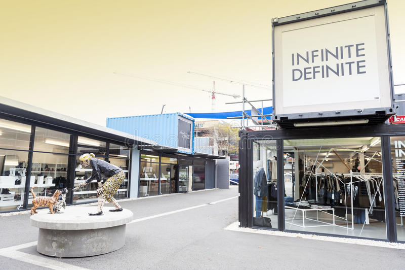 Wiederanlauf oder Re: BEGINNEN Sie Mall, einen Kleinraum im Freien, der Shops und aus Speichern in den Versandverpackungen besteh stockbild