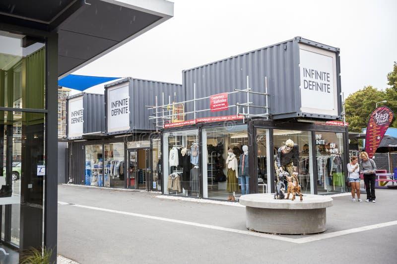 Wiederanlauf oder Re: BEGINNEN Sie Mall, einen Kleinraum im Freien, der Shops und aus Speichern in den Versandverpackungen besteh lizenzfreie stockbilder