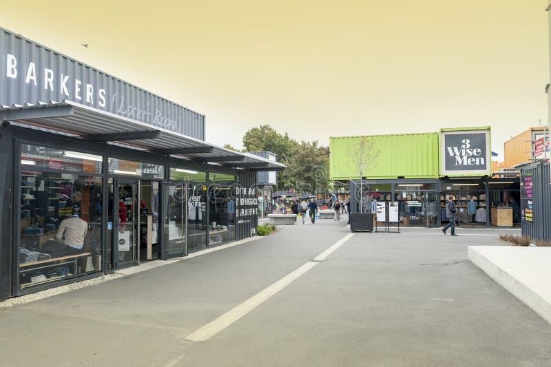 Wiederanlauf oder Re: BEGINNEN Sie Mall, einen Kleinraum im Freien, der Shops und aus Speichern in den Versandverpackungen besteh stockfotografie
