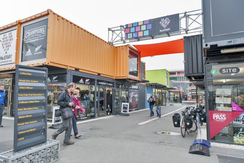 Wiederanlauf oder Re: BEGINNEN Sie Mall, einen Kleinraum im Freien, der Shops und aus Speichern in den Versandverpackungen besteh lizenzfreie stockfotografie