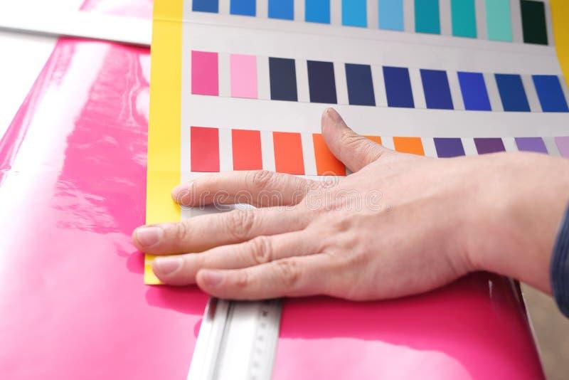 Wiedergabe 3D Büroräume Der Architekt justiert die Farbe der Farbe stockfoto