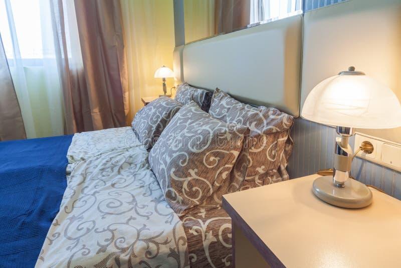 Wiedergabe 3D B?ror?ume Detail des Schlafzimmers im Hotel stockbild