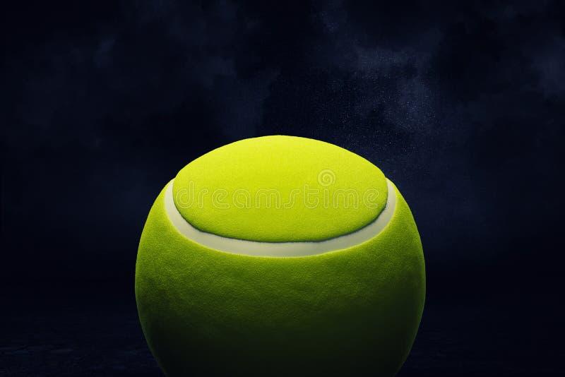 Wiedergabe 3d eines gelben Tennisballs gezeigt in der nahen Ansicht über einen dunklen Hintergrund stock abbildung