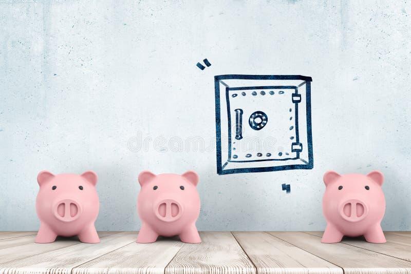 Wiedergabe 3d von drei netten Sparschweinen stellen vorwärts stehen nahe einer Wand mit einer Zeichnung eines geschlossenen Safes lizenzfreie stockfotos