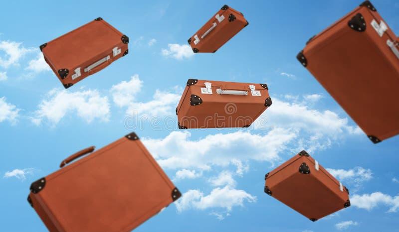 Wiedergabe 3d von einige braune Retro- Koffer schloss mit den Schnallen, die auf Hintergrund des bewölkten Himmels fliegen lizenzfreie stockfotografie