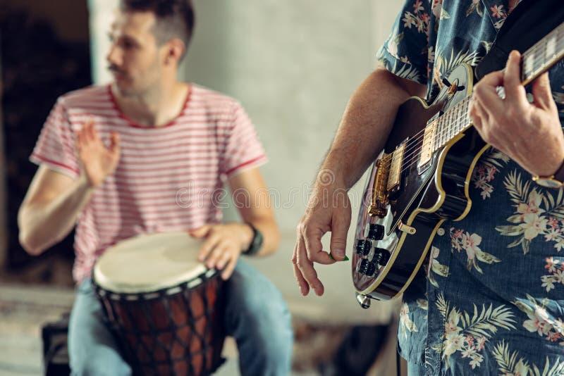 Wiederholung der Rockmusikband E-Gitarren-Spieler und Schlagzeuger stockbilder