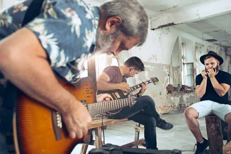 Wiederholung der Rockmusikband E-Gitarren-Spieler und Schlagzeuger hinter dem Trommelsatz stockfoto