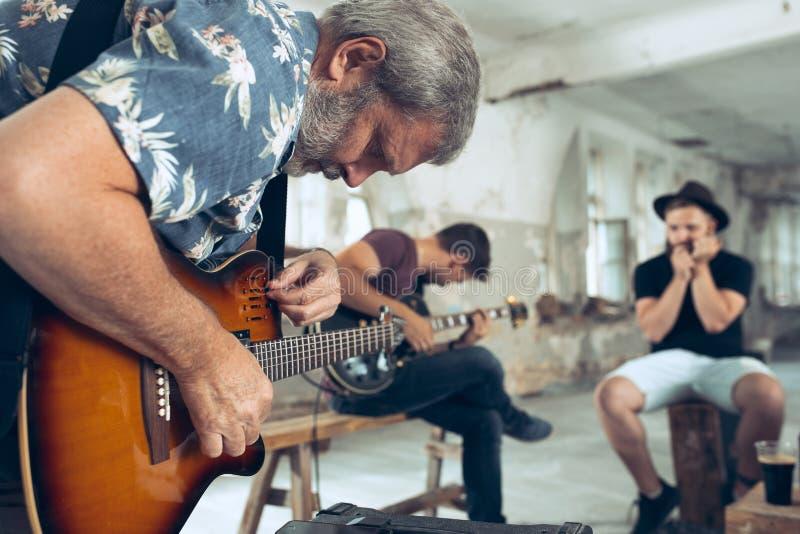 Wiederholung der Rockmusikband E-Gitarren-Spieler und Schlagzeuger hinter dem Trommelsatz lizenzfreie stockbilder