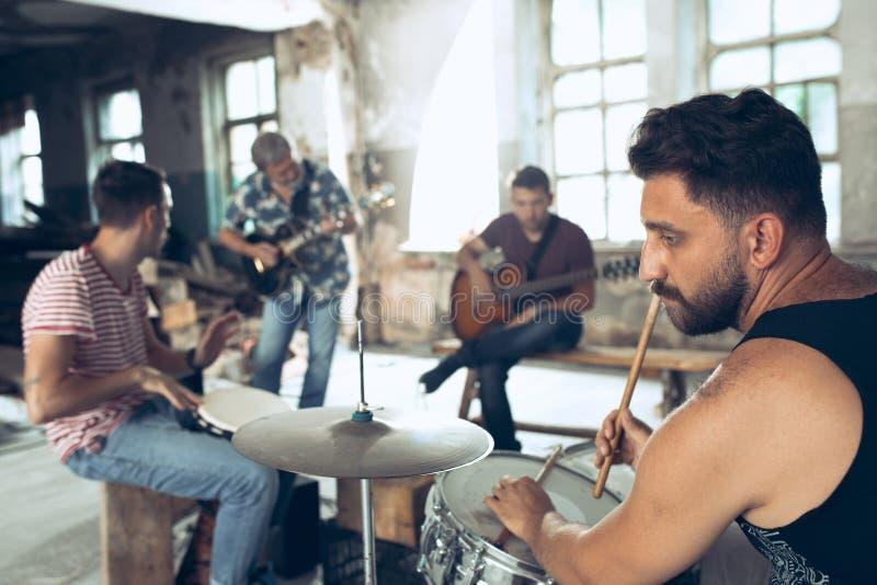 Wiederholung der Rockmusikband E-Gitarren-Spieler und Schlagzeuger hinter dem Trommelsatz lizenzfreies stockfoto