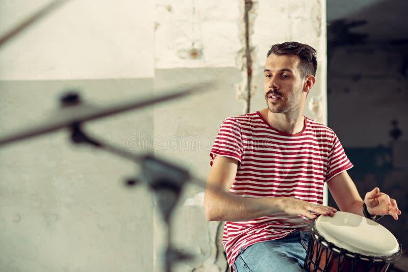 Wiederholung der Rockmusikband Schlagzeuger hinter dem Trommelsatz stockfotografie