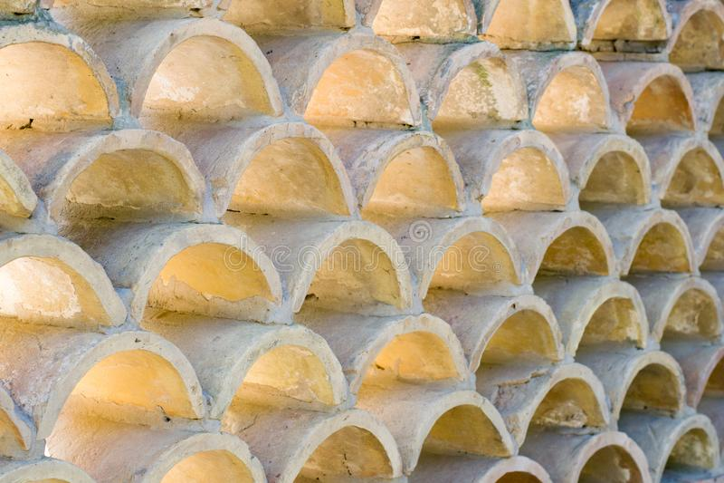 Wiederholung von den kleinen Bögen gemacht vom Beton, verwendet als Gebäudewanddekoration, Hintergrund lizenzfreies stockbild