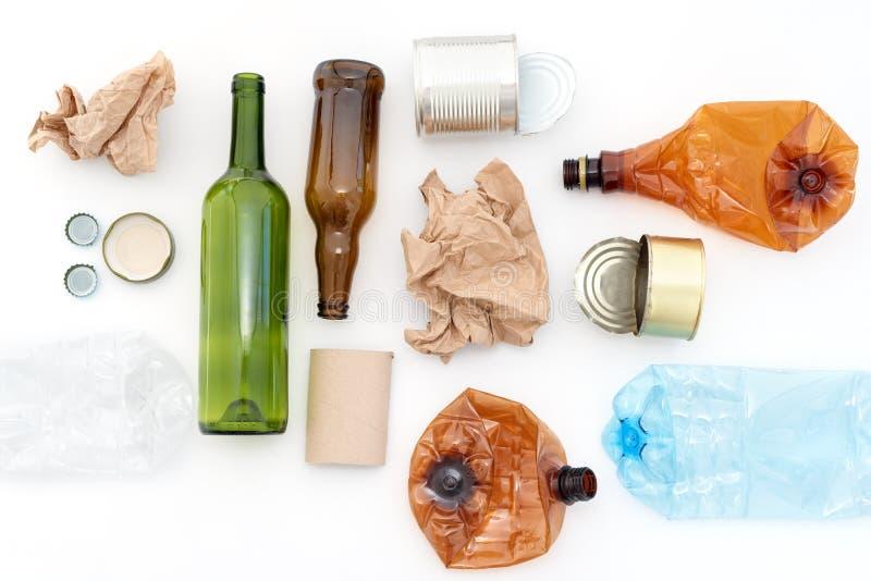 Wiederverarbeitbarer Abfall, Betriebsmittel Säubern Sie Glas, Papier, Plastik und Metall auf weißem Hintergrund Wiederverwertung, stockfotografie