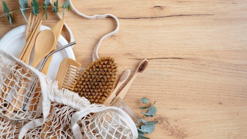 Wiederverwendbare Baumwollmaschen-Kette organischer Organisator Einkaufstüte mit Bambuszahnbürsten, ökologisch-natürlichem Holzbe stockfoto