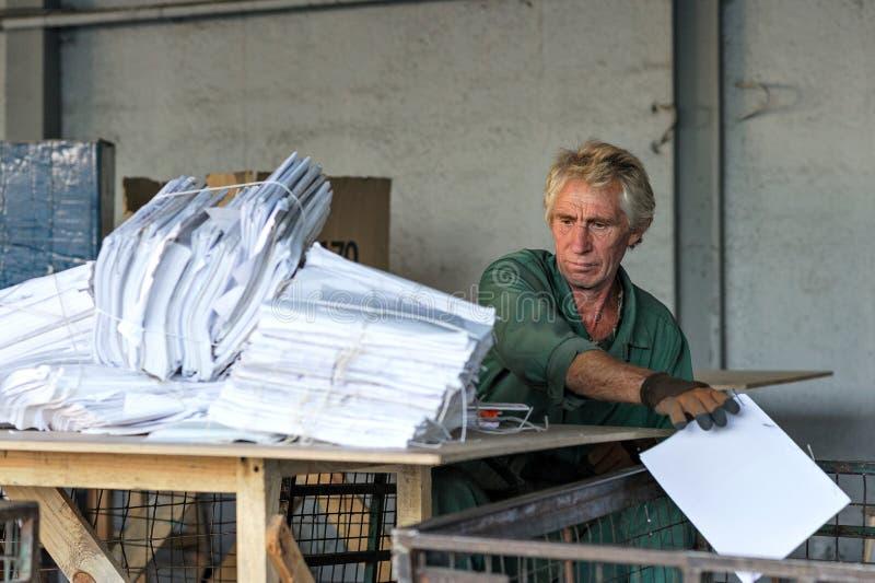 Wiederverwertung des Arbeiters bei der Arbeit, die Abfall sortiert lizenzfreie stockbilder