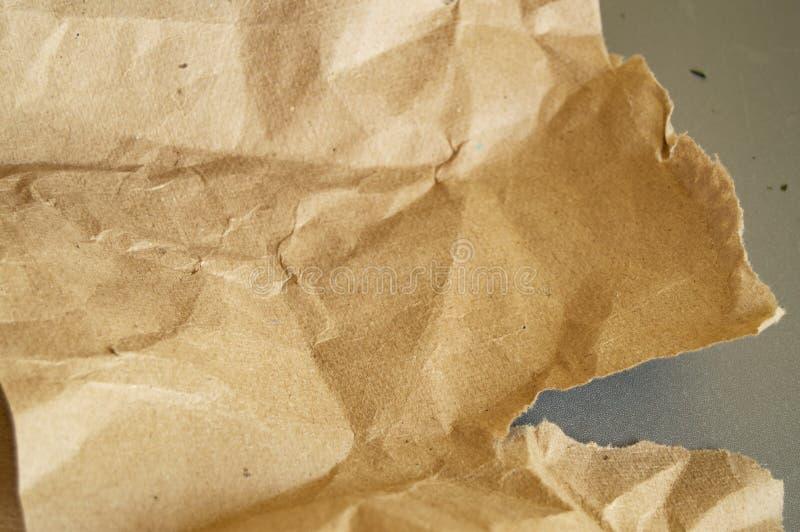 Wiederverwertung des beige natürlichen zerknitterten Weinlesepapiers auf grauem Hintergrund lizenzfreie stockbilder